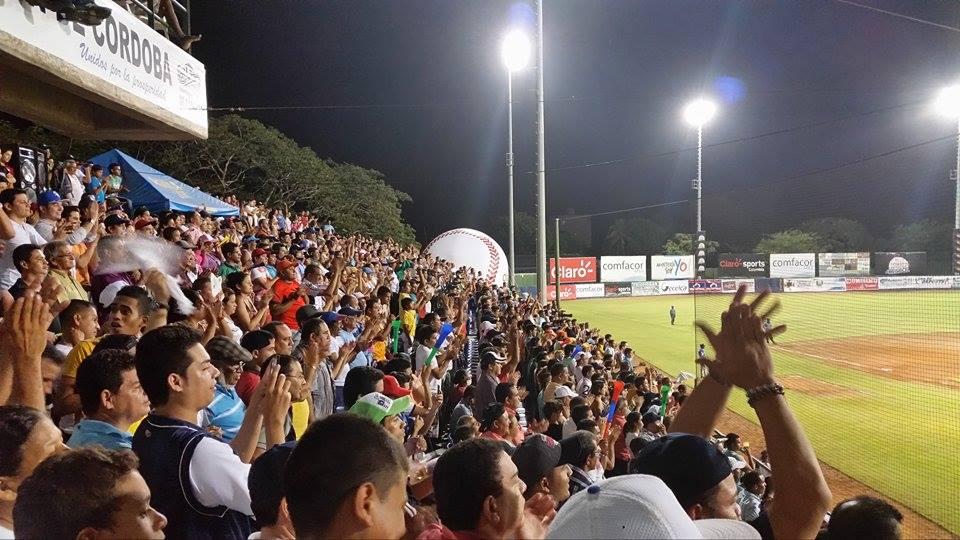 Estadio 18 de Junio lleno con la afición de Leones de Montería
