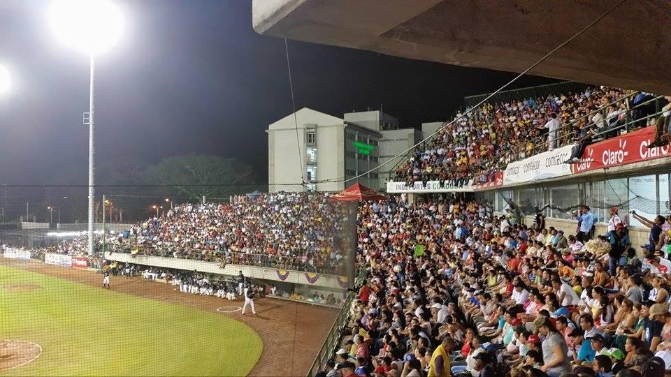 El público emocionado apoyando a los Leones en el estadio 18 de junio de Montería