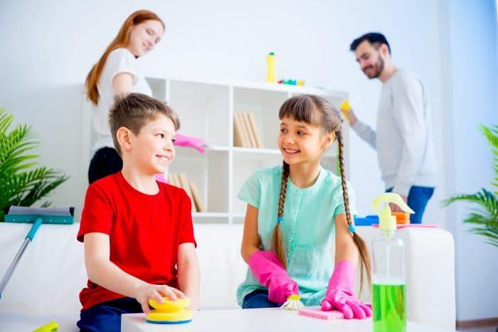 Niños deben ayudar en casa antes de los 8 años
