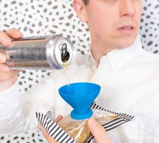 Crean tapabocas para tomar cerveza sin tener que quitártelo