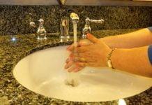 ¿Cómo cuidarse del coronavirus al usar un baño público?