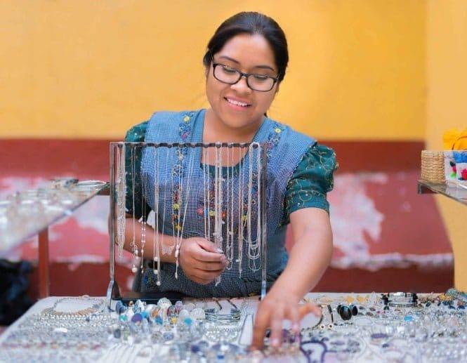 Convocatoria de Facebook para apoyar pequeños negocios en Colombia