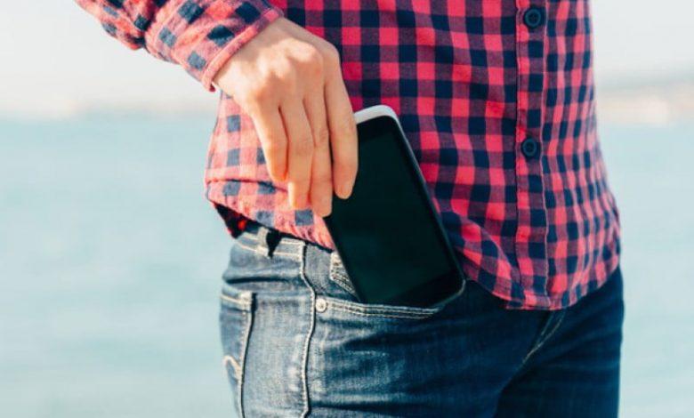 ¿Cuáles son los riesgos de llevar el celular en el pantalón?