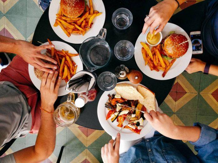¿Puede transmitirse covid-19 a través de la comida?