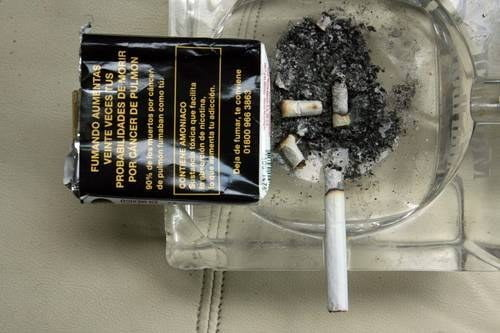 Cajas de cigarrillos incluirán advertencia sobre complicaciones por Covid