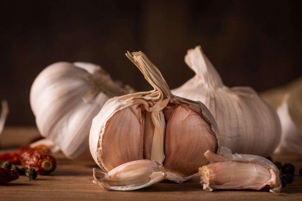 Y hablando del corazón, el ajo es un excelente aliado para evitar la fatiga producto de las horas y un excelente aliado del corazón, ya que aporta nutrientes (vitamina B) que permiten una mejor circulación de la sangre mediante la reducción del colesterol malo