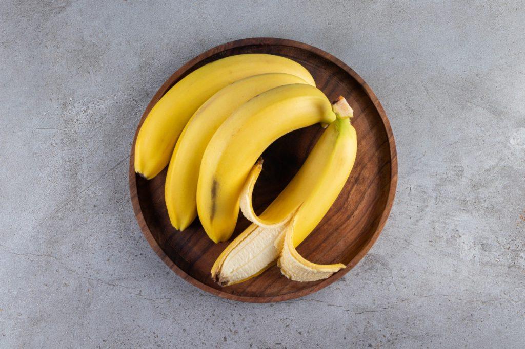 La fuente más popular de potasio. Esta fruta aporta los electrolitos necesarios para mejorar ciertas funciones del sistema nervioso y muscular.