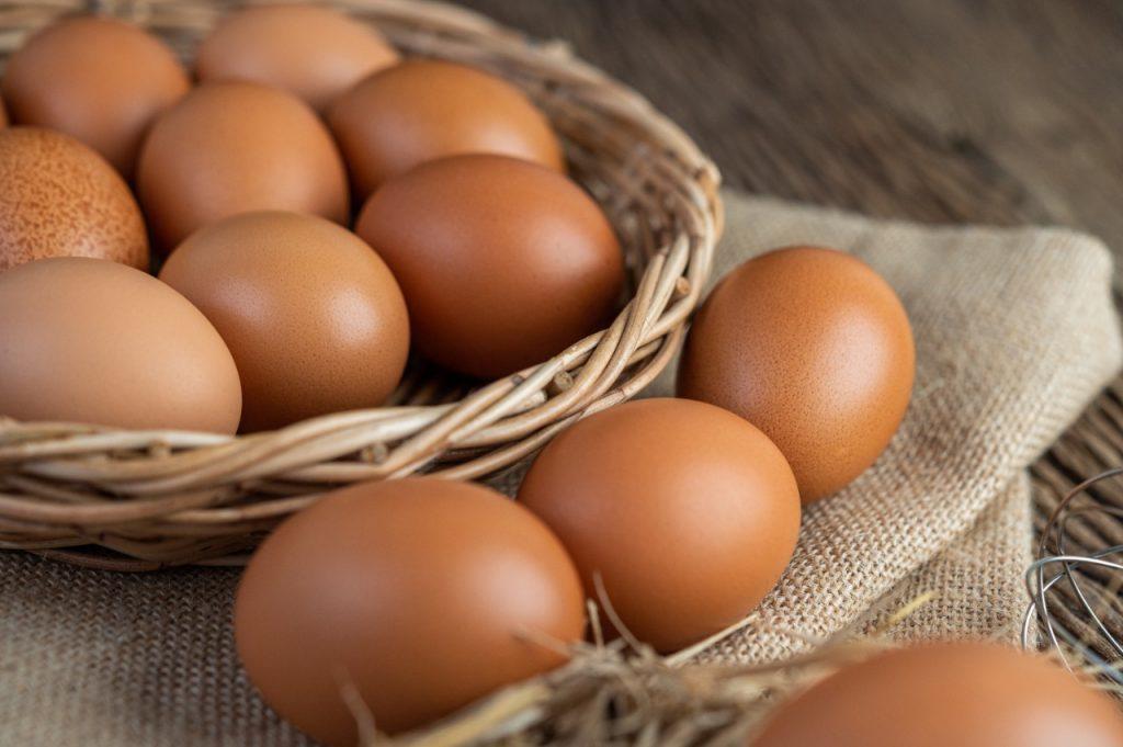 Entre los alimentos naturales para tener más energía, el huevo es una fuente muy popular de energía entre los deportistas. Además de su rol energético también es una increíble fuente de proteína.