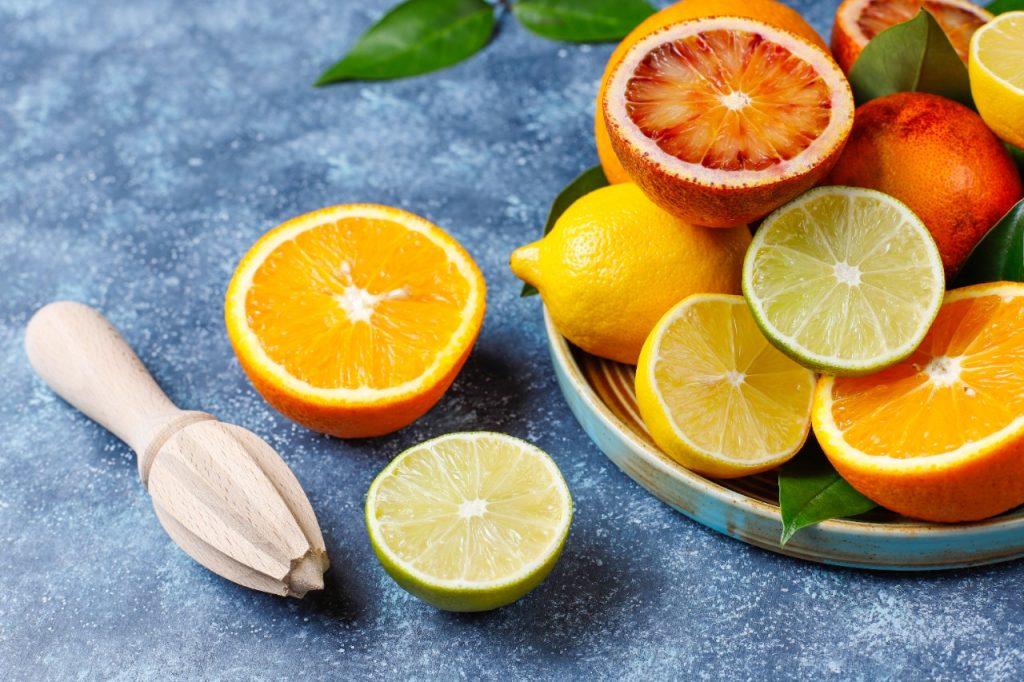 Debido a su naturaleza jugosa y refrescante, los frutos cítricos como la naranja, el limón, la toronja, la mandarina, entre otros, son muy populares. De igual manera, al ser ricos en vitamina C, la cual favorece la generación de glóbulos blancos, son un elemento esencial a la hora de fortalecer el sistema inmunológico.